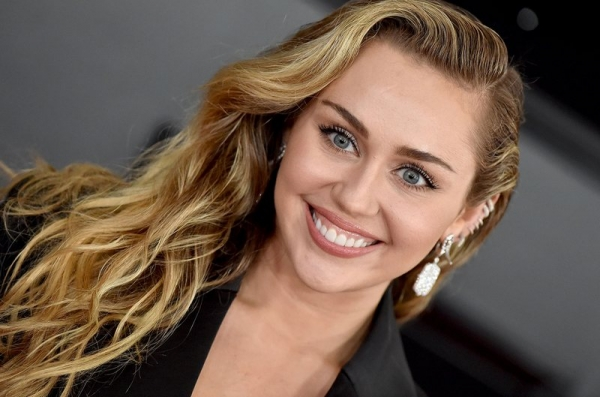 Miley Cyrus a lansat un nou material discografic, intitulat ''She Is Coming''